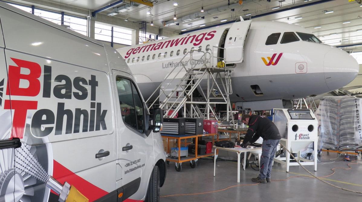 Mikrokovanje letalskih komponent.